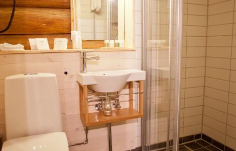Flislagt bad på Loftet, med detaljer fra tømmervegg
