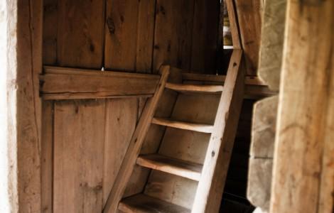 Smal trapp opp til 2. etg i stabburet
