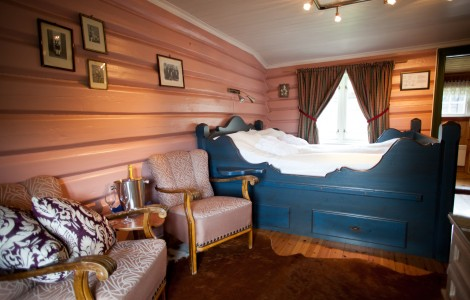 Det rosa rommet, sittegruppe og dobbeltseng