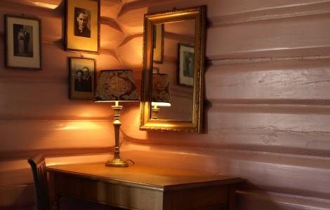 Det rosa rommet, skrivebord