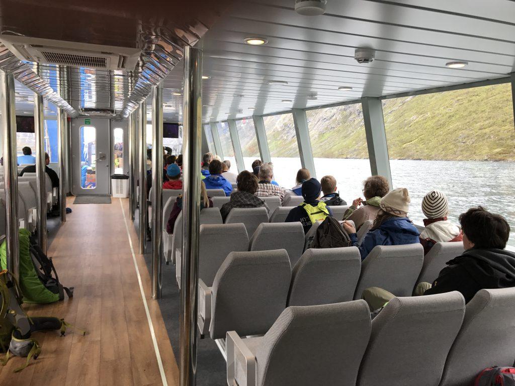 På tur over Besseggen. ombord på gjendebåten
