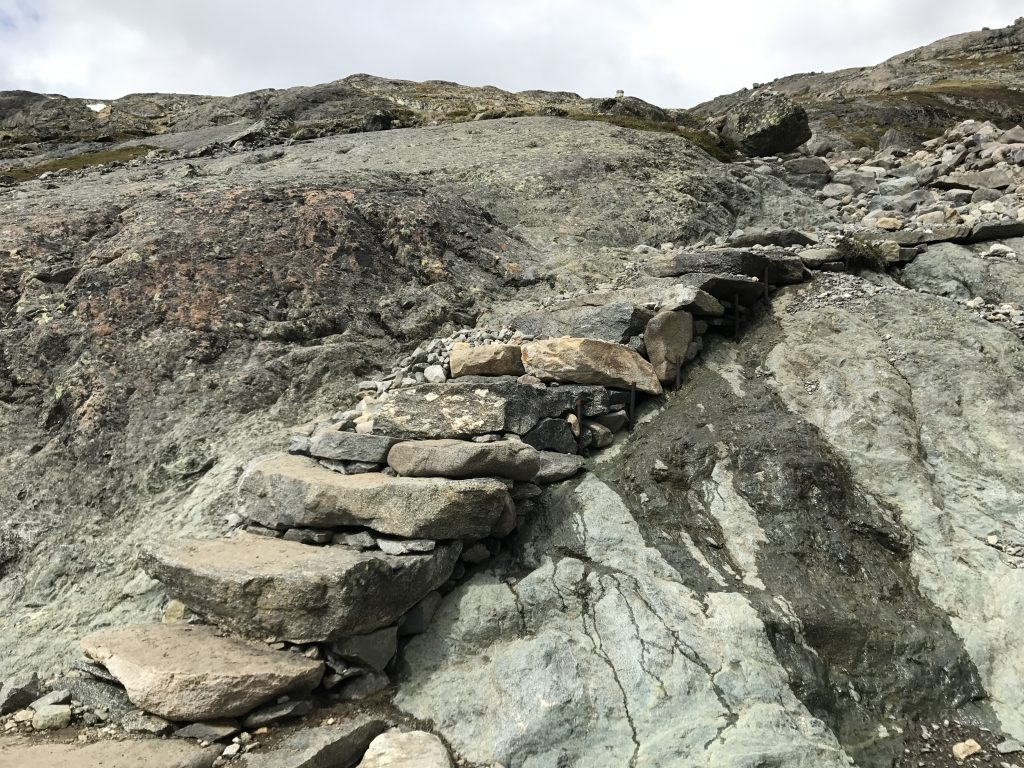 På tur over Besseggen, steinlagte trappetrinn